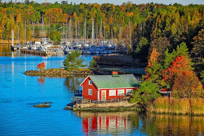 9. Quần đảo Turku là một danh lam thắng cảnh được hình thành từ 20.000 hòn đảo nhỏ. Việc đi lại trên đảo được quản lý bởi một mạng lưới phà, vì vậy khách du lịch không cần phải thuê phương tiện đi lại, nhưng thuê xe đạp có thể giúp ích rất nhiều vì đây là phương thức giao thông chung của hầu hết những người sống và tham quan khu vực.