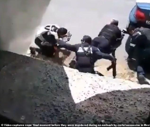 Mexico: Giây phút cuối cùng của 5 cảnh sát trước khi thiệt mạng vì băng đảng phục kích - 1