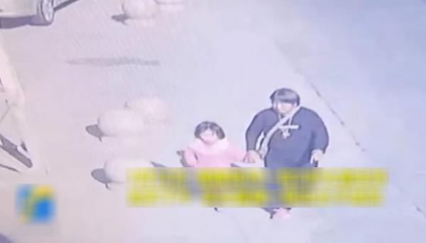 Thủ pháp xảo trá, tinh ranh của kẻ bắt cóc khiến bố mẹ hốt hoảng khi tìm lại được con gái - 1