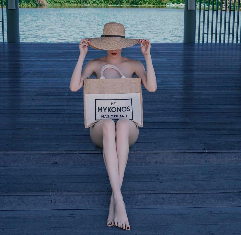 Hà Hồ lấy túi làm trang phục, xu hướng chụp hình thời trang đang hot - 1