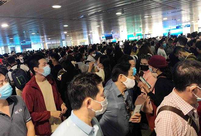 """Bất ngờ với hình ảnh biển người """"rồng rắn"""" ở sân bay Tân Sơn Nhất ngày cuối tuần - 1"""