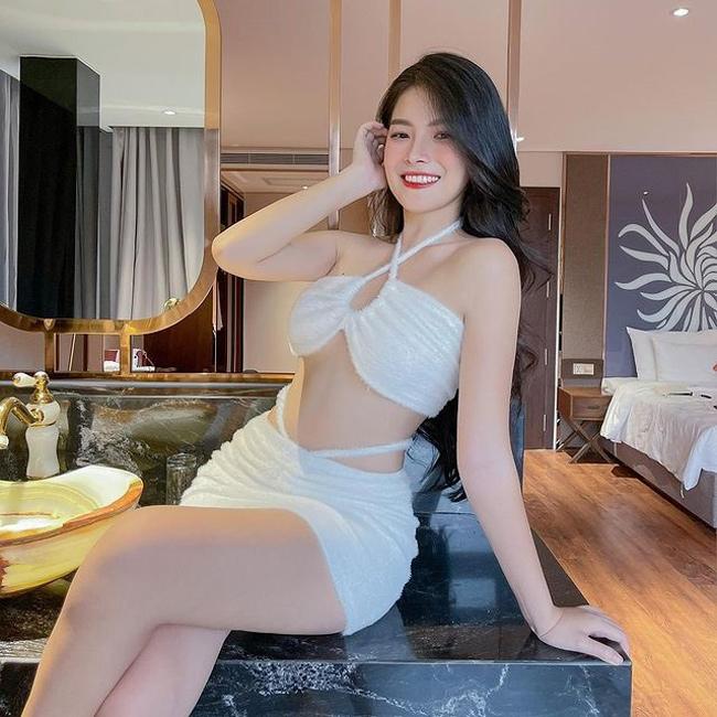 Nguyễn Thuỵ Bảo Hân (thường được gọi là Thuỵ Hân, sinh năm 2000, TP.HCM) nổi rần rần năm 2019 khi được báo Trung Quốc ca ngợi hết lời về nhan sắc.