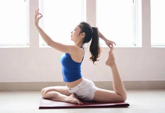 Hot girl Yoga Yến Linh trồng chuối bằng 2 tay cực đỉnh, khoe dáng nóng bỏng - 1