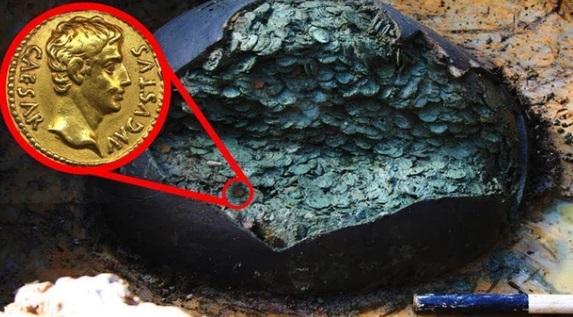Đầu bếp khai quật chiếc chum cũ trên cánh đồng, ngỡ ngàng trước kho báu 1 triệu USD - 1