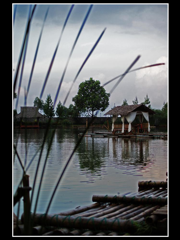 Kampung Sampireun là ngôi làng ở Garut, Indonesia.