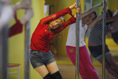 Cụ bà 60 làm giáo viên dạy múa cột - 1