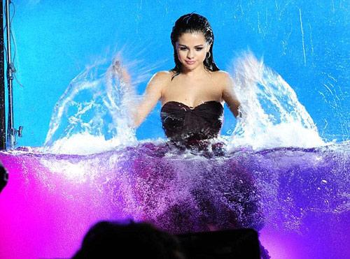 Selena Gomez đẹp hút hồn và hoang dại - 1