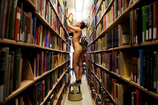 Nữ nhiếp ảnh gia người Pháp Erica Simone là người chuyên thực hiện những bộ ảnh do chính cô làm người mẫu, trong đó cô vô tư nude hoàn toàn và đi lại trên phố. Mục đích của cô là hy vọng mọi người không nên miệt thị những tác phẩm nhiếp ảnh khỏa thân.