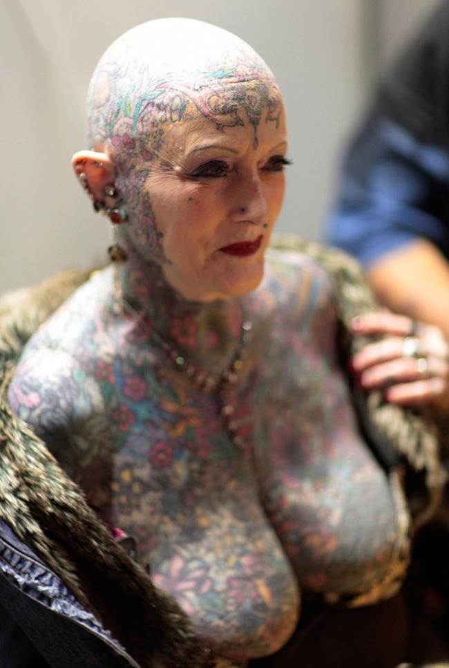 Bà Isobel Varley dù đã hơn 70 nhưng hơn 90% cơ thể bà phủ đầy những hình xăm.