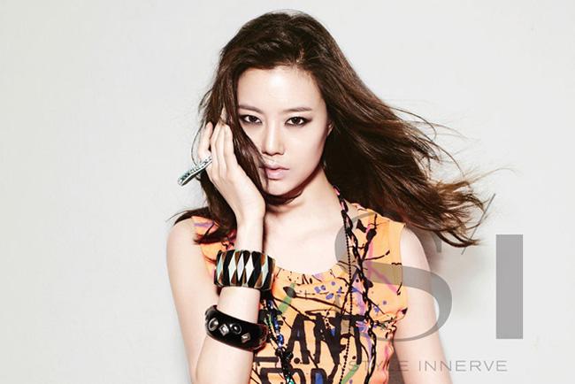Tháng 1 năm nay, cô và nam diễn viên Lee Min Ho được vinh dự bổ nhiệm chức công tố viên danh dự.