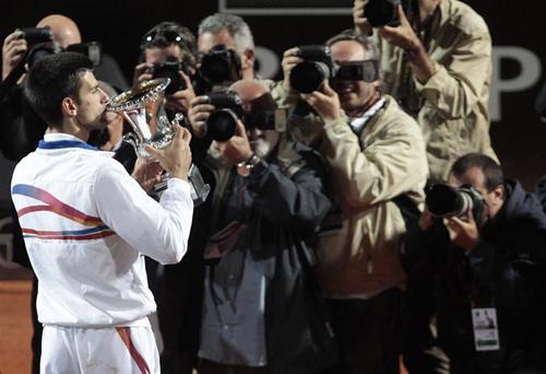 """Djokovic """"nghiện"""" đứng trước camera - 1"""