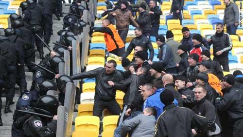 Euro 2012: Lo ngại tình trạng cảnh sát lạm quyền - 1