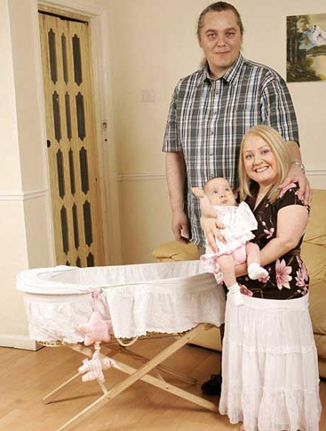 Karina White, người Anh, sinh con khi 33 tuổi. Cô trở thành bà mẹ nhỏ nhất nước Anh, vì chiều cao của cô chỉ chưa đến 1 mét.