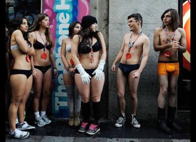 Các cô gái châu Âu cũng sẵn sang chỉ mặc nội y giữa trời rét âm độ, để đưa mua đồ miễn phí.