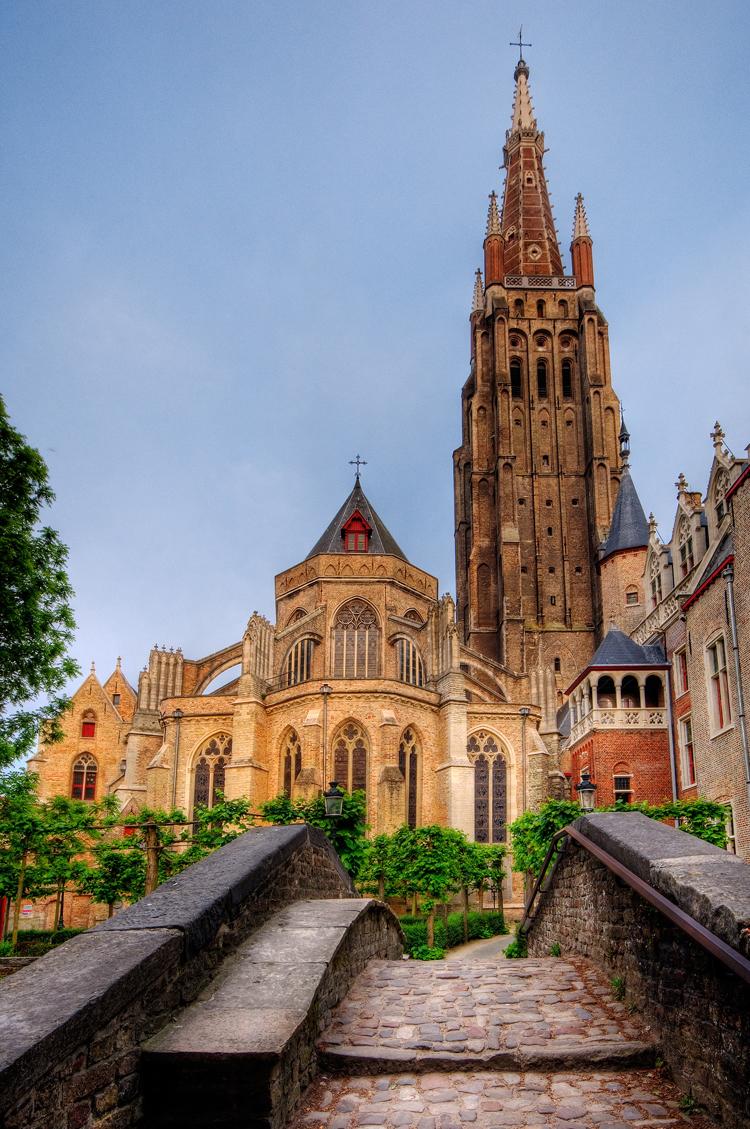 Nhà thờ Our Lady sừng sững, uy nghiêm, mang đậm nét cổ kính.