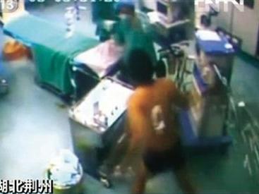 TQ: Bệnh nhân đang mổ vùng dậy đánh bác sỹ - 1