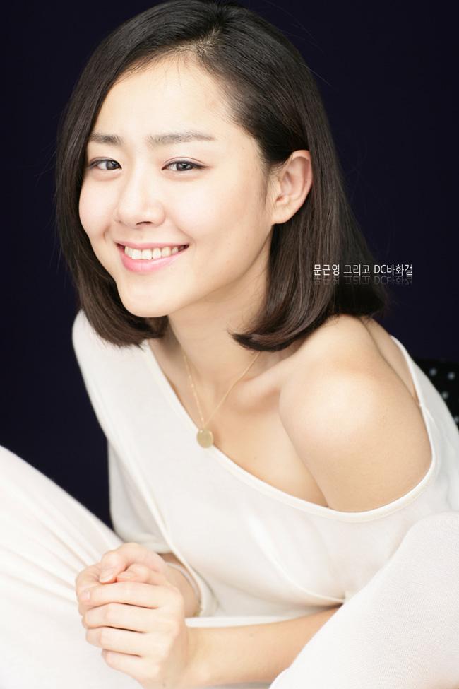 Theo trang Cri của Trung Quốc, \'em gái quốc dân\' Moon Geun Young được bình chọn là người đẹp 8X không cần dao kéo điển hình mang nét đẹp Á Đông.