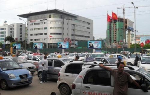 Hà Nội chặn tay taxi gian tiền cước - 1