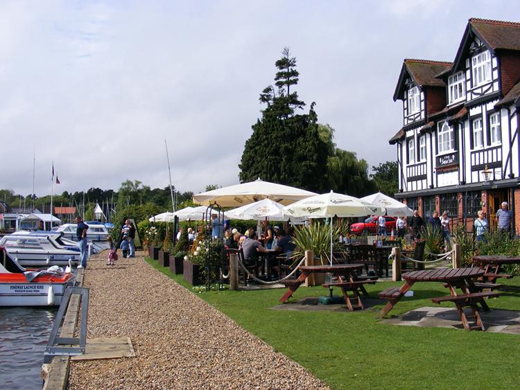 Những hàng ăn ven sông luôn thu hút du khách.