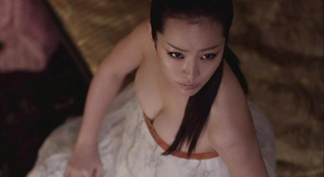 Bất ngờ lớn nhất chính là nữ diễn viên Han Ji Min - người đang đóng vai nữ chính trong bộ phim Hoàng tử gác mái. Đây là hình ảnh nhân vật của Han Ji Min trong bộ phim điện ảnh trước đó.