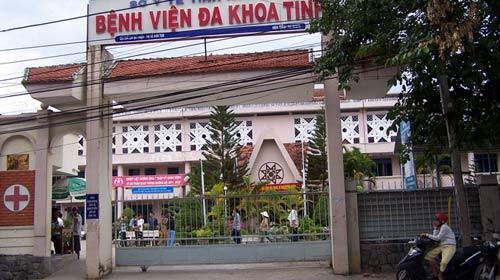 Taxi đụng chết bé 2 tuổi trong bệnh viện - 1