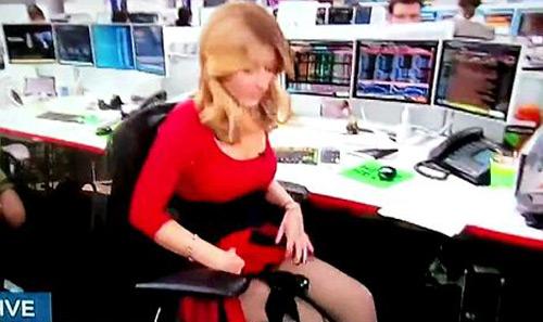 Nữ Mc hoảng hốt vì hớ hênh trên TV - 1