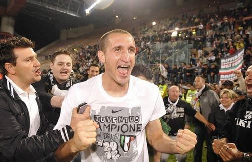 Italia thở phào với chấn thương của Chiellini - 1