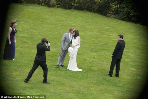 HOT: Jolie-Pitt lộ ảnh cưới giả - 1