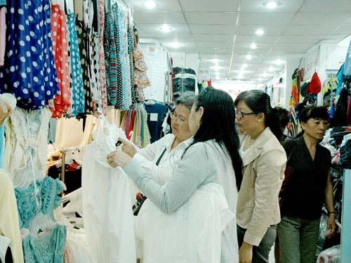 """Quần áo Trung Quốc """"lũng đoạn"""" thị trường - 1"""