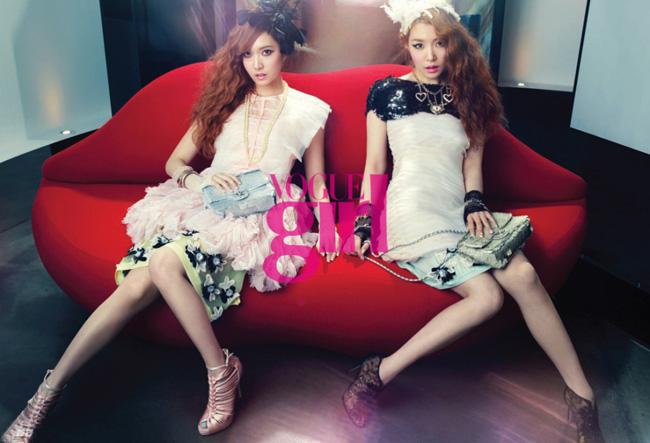 Cả hai cùng xuất hiện trong bộ ảnh mang phong cách chị em sinh đôi