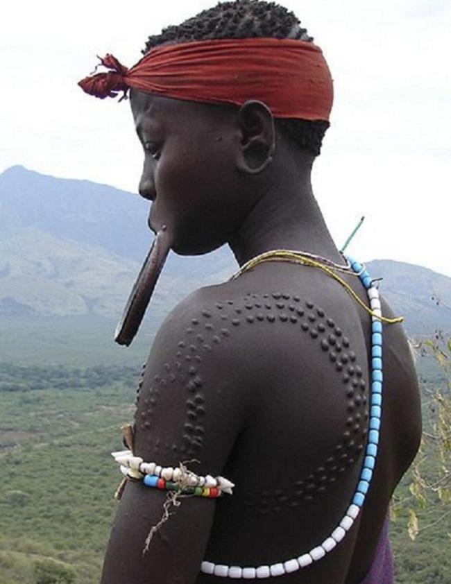 Những người phụ nữ ở một số bộ tộc thuộc Ghana lại có tục tạo sẹo lồi trên da.