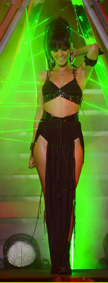 Rihanna khoe da loang lổ - 1