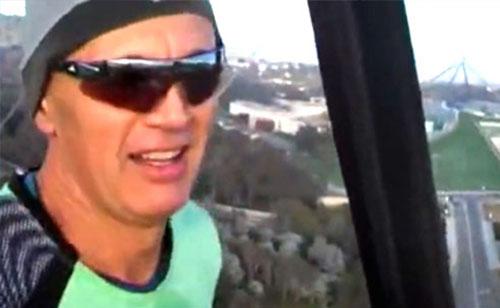 Người đàn ông chạy bộ trên không trung - 1