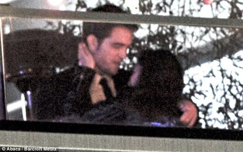 """Robert Pattinson """"hôn trộm"""" Kristen Stewart - 1"""
