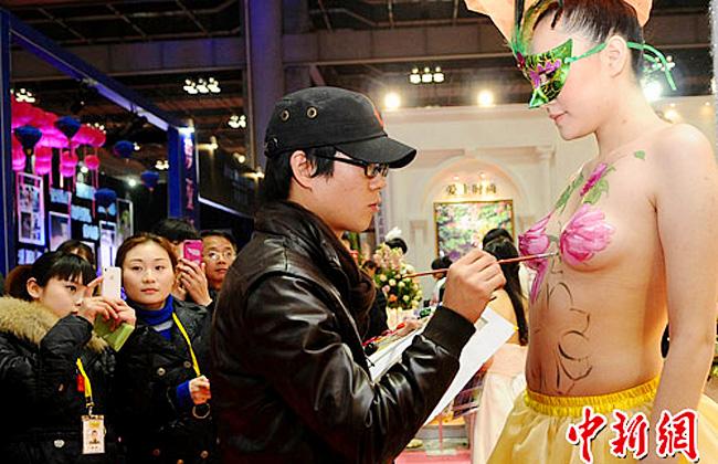 Tại Trung Quốc đã từng diễn ra hội chợ về lễ cưới với một loại hình vẽ body paiting trên cơ thể người mẫu làm cô dâu.