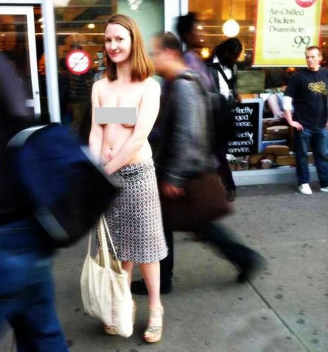 Trong những ngày mới đây, những bức ảnh bán nude của cô gái Moira Johnson vô tư để ngực trần dạo chơi trên phố New York khiến nhiều người thấy rất lạ.