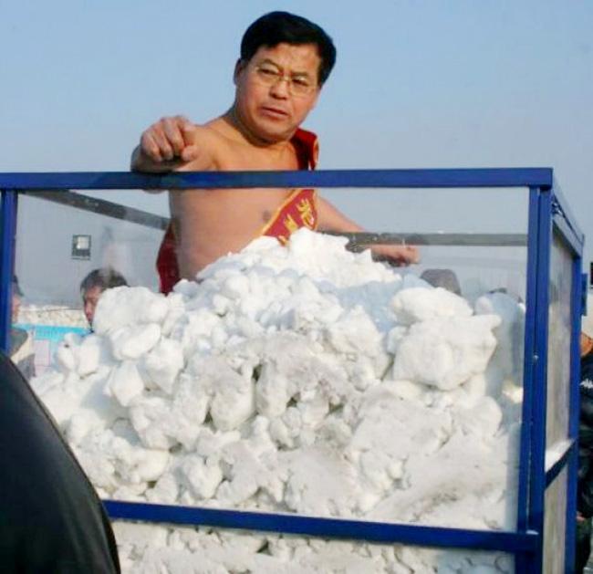 Một hoạt động bán khỏa thân rất lạ khác chính là việc chứng minh độ dẻo dai của cơ thể đối với sức lạnh khi ngâm mình trong tuyết.