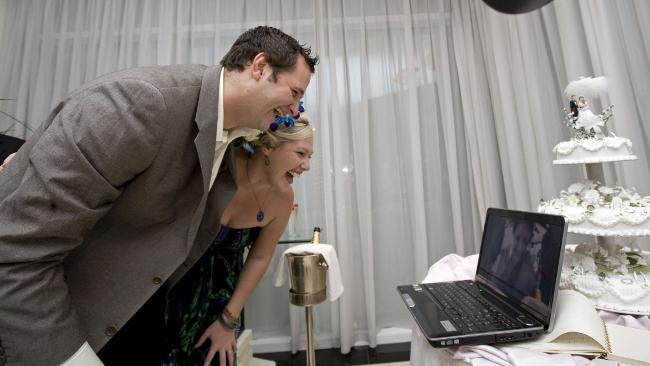 Natalie người Australia đã làm đám cưới với một anh chàng kém 6 tuổi qua internet, sau khi bị cả hai bị mắc kẹt khi đổi máy bay. Họ quyết định dùng hình thức kết hôn qua internet rất độc đáo.