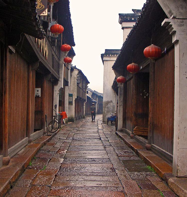 Fenghuang vẫn gìn giữ được 20 khu phố cổ, hàng chục làn đường cổ và hơn 200 khu dân cư cổ xưa.