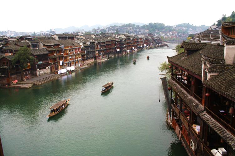 Những ngôi nhà cổ kính đẹp duyên dáng bên dòng sông xanh mát.