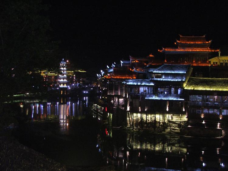 Fenghuang lung linh trong ánh đèn đêm.