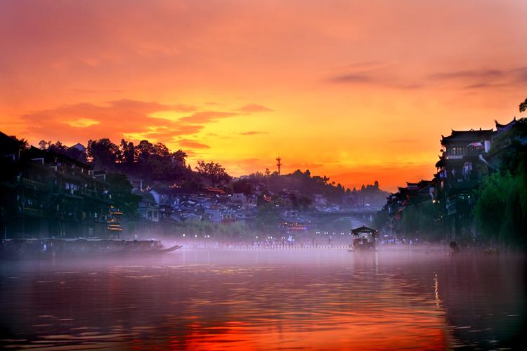 Khung cảnh Fenghuang tuyệt đẹp trong ánh bình minh.