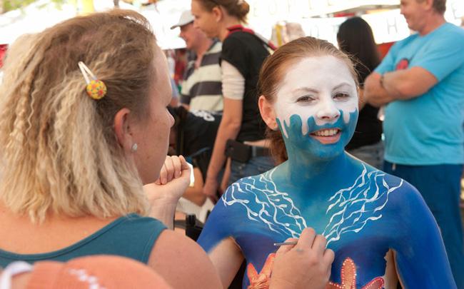 Không khí tham gia nghệ thuật sơn người đều rất hồ hởi với những nụ cười rạng rỡ trên môi các người mẫu.
