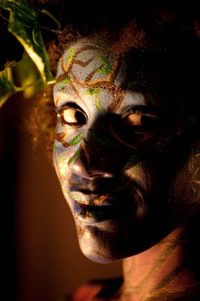 Trong bóng tối, người mẫu body painting càng có một sức hút thôi miên.
