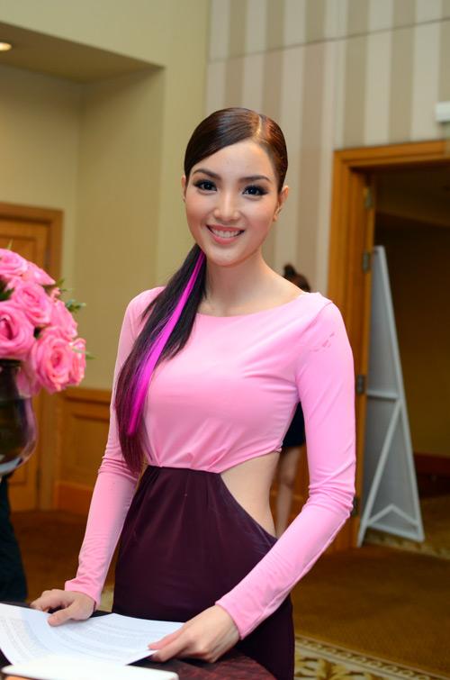 Huỳnh Bích Phương nuột nà váy hở - 1