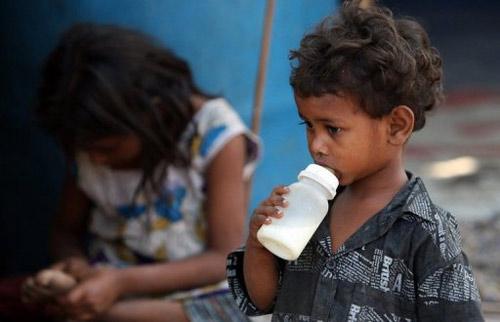 Ấn Độ: Bán sữa pha với... nước cống cho trẻ - 1