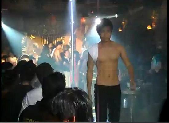 12 mẫu nam gây sốc khi diễn ở bar - 1