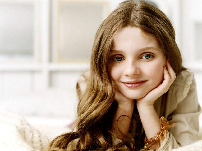 """Abigail Breslin sinh năm 1996 và được coi là một trong những diễn viên nhí tài năng nhất Hollywood với biệt danh rất đáng yêu """"Mặt trời bé con"""". Bắt đầu sự nghiệp trong làng giải trí khi mới có 3 tuổi, cô bạn góp mặt vào một quảng cáo trò chơi của Toy """"R"""" Us. Ngôi sao nhí Abigail chính thức bước chân vào giới điện ảnh năm 7 tuổi trong phim kinh dị khoa học viễn tưởng """"Signs"""" với vai diễn Bo Hess, con gái của nhân vật chính. Vai diễn đó được giới phê bình đánh giá rất cao và sự nghiệp của cô bạn thành công liên tiếp từ đó."""