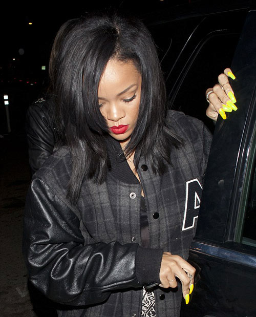 "Rihanna khoe ""móng tay quỷ"" - 1"