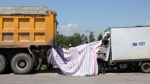 Đâm đuôi xe tải, 3 cha con tử vong - 1